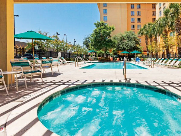 La Quinta Inn & Suites Airport pool